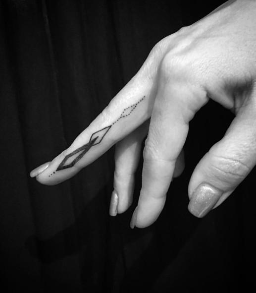 Тату на пальце для девушек