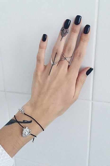 Татуировки на пальце для девушек