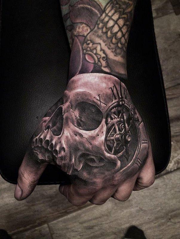 Татуировка черепа на внешней стороне ладони